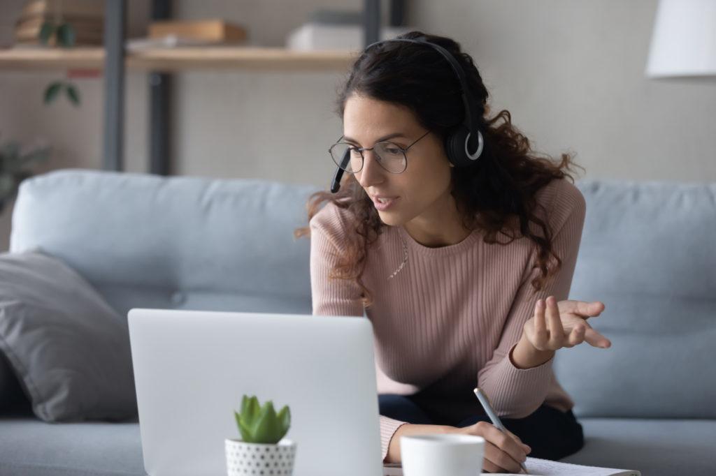 Inhaltsanalyse nach Gläser und Laudel Frau diskutiert am Rechner